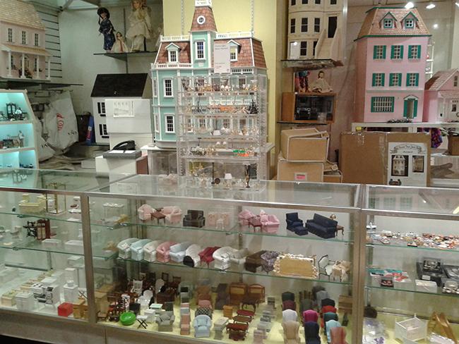 Detalhe para as milhares de  miniaturas de móveis e acessórios para a casa de boneca