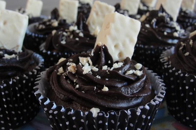 Cupcake com recheio de branquinho e cobertura de chocolate com Bis branco